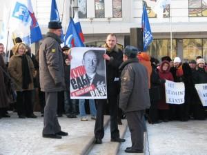 Милиция пытается увести Додонова
