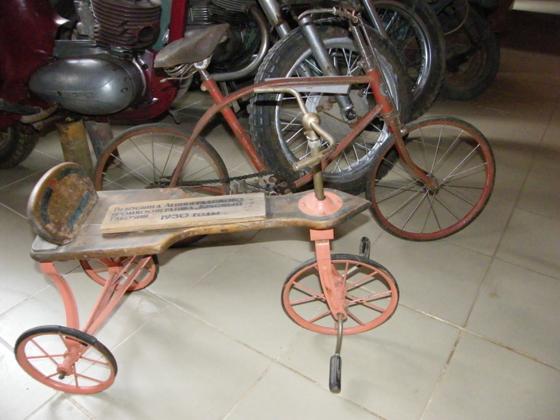На следующей фотографии вы видите германский армейский велосипед. На таких ездили немецкие солдаты в годы войны. От гражданских «великов» он отличается